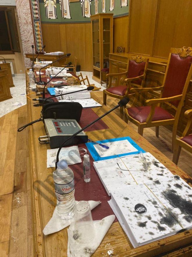 Αίθουσα συνεδριάσεων - επίθεση με βιτριόλι