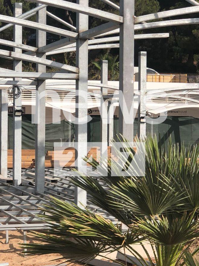 Η αυθαίρετη κατασκευή στην πλαζ του Αστέρα της Βουλιαγμένης. Στο βάθος οι ξύλινες τάβλες