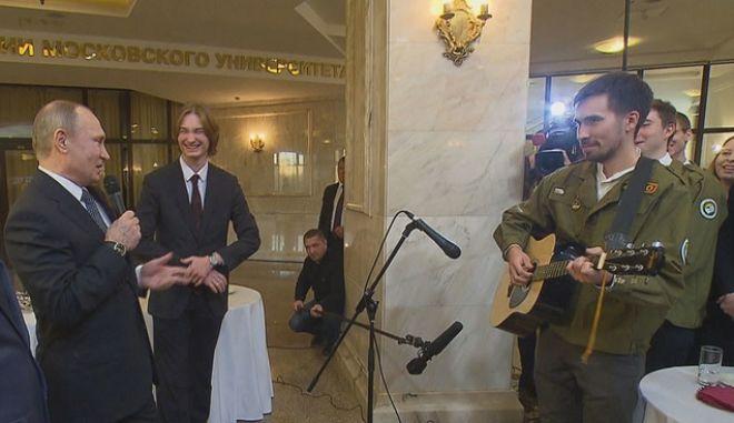 Βίντεο: Ο Πούτιν τραγουδάει σε Ρώσους φοιτητές