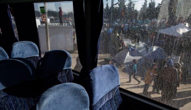 Έφτασε στη Βέροια το λεωφορείο που μετέφερε πρόσφυγες από την Ειδομένη