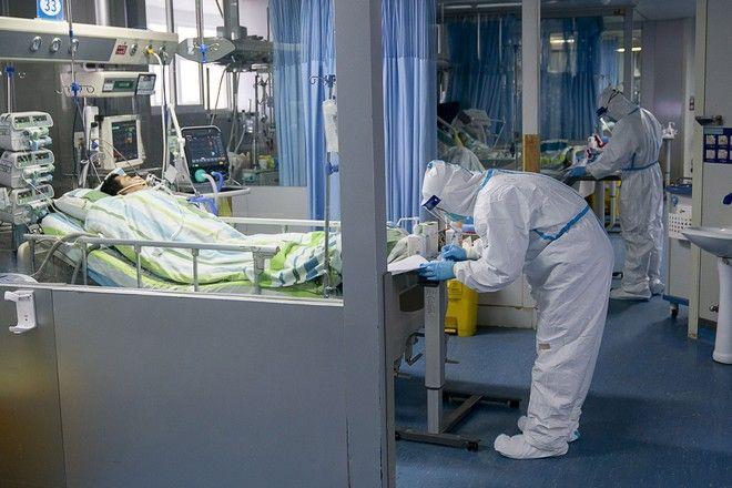 Γιατρός παρευρίσκεται σε ασθενή στη μονάδα εντατικής θεραπείας στο νοσοκομείο Zhongnan του Πανεπιστημίου Wuhan  στην επαρχία Hubei της κεντρικής Κίνας