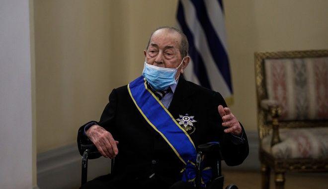 Ο Ιάκωβος Τσούνης κατά την παρασημοφόρησή του από την Κ. Σακελλαροπούλου για την προσφορά του στις Ένοπλες Δυνάμεις