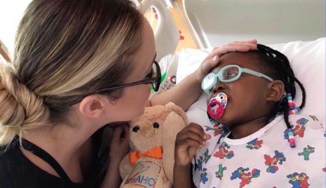 Η 6χρονη με τη μητέρα της σε μια από τις πολλές φορές στο νοσοκομείο