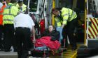 Οι υπηρεσίες έκτακτης ανάγκης στο Λονδίνο μεταφέρουν μια γυναίκα με ασθενοφόρο (φωτογραφία αρχείου)