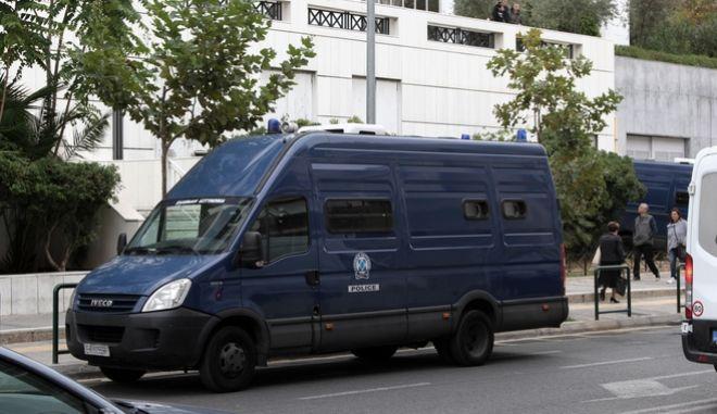 Αυτοκίνητο της υπηρεσίας Μεταγωγών της Ελληνικής Αστυνομίας μεταφέρει τους κατηγορούμενους στο Εφετείο για τη δίκη για τις προμήθειες των εξοπλιστικών προγραμμάτων την Τρίτη 31 Οκτωβρίου 2017. Το Πεντεμελές Εφετείο της Αθήνας που δίκασε επί τρία χρόνια σε δεύτερο βαθμό την υπόθεση με τις προμήθειες σε εξοπλιστικά προγράμματα επέβαλε κάθειρξη 19 ετών χωρίς την αναγνώριση κανενός ελαφρυντικού στον πρώην υπουργό Ακη Τσοχατζόπουλο. Το Δικαστήριο δεν αναγνώρισε κανένα ελαφρυντικό στον Ακη Τσοχατζόπουλο και την λογίστριά του Ευφροσύνη Λαμπροπούλου, ενώ για τους υπόλοιπους 14 κατηγορούμενους, κατά περίπτωση, αναγνωρίστηκαν ελαφρυντικά πρότερου έντιμου βίου η ειλικρινούς μεταμέλειας μετά την πράξη. (EUROKINISSI/ΩΤΗΡΗΣ ΔΗΜΗΤΡΟΠΟΥΛΟΣ)