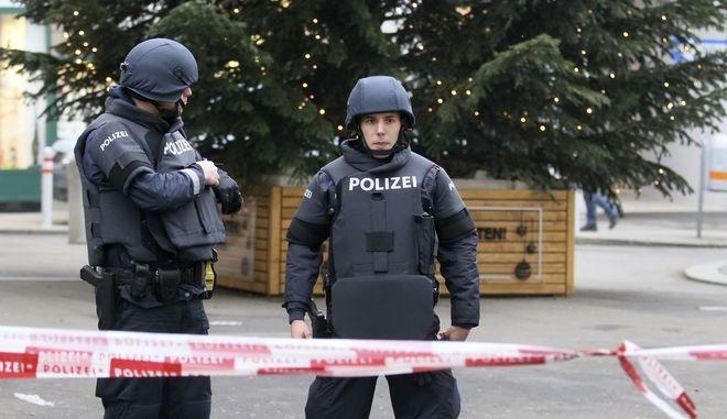 Αστυνομικοί στη Βιέννη, Αρχείο