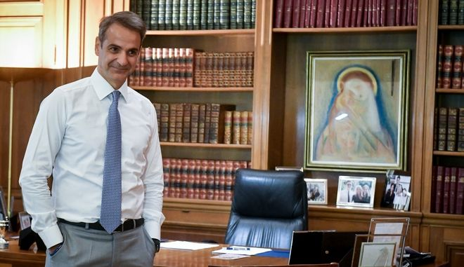 Ο πρωθυπουργός Κυριάκος Μητσοτάκης στο γραφείο του στο Μέγαρο Μαξίμου