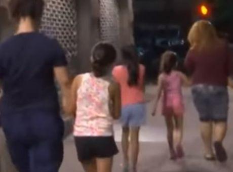 παιδιά που βγαίνουν με ένα νεότερο κορίτσι