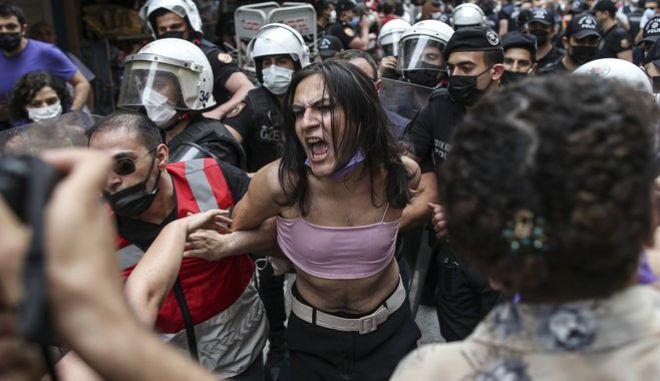 Στιγμιότυπο από σύλληψη κατά τη διάρκεια του Pride της Κωνσταντινούπολης