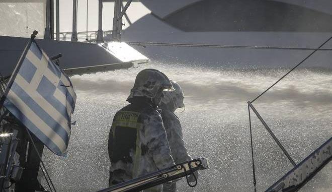 Πυρκαγιά σε σκάφος που είχε αγκυροβολήσει στη Μαρίνα Αλίμου το μεσημέρι της Κυριακής 7 Ιανουαρίου 2018. Για την κατάσβεση της πυρκαγιάς επιχείρησαν τέσσερα οχήματα με δέκα πυροσβέστες και ένα πυροσβεστικό πλοιάριο. (EUROKINISSI/ΓΙΙΑΝΝΗΣ ΠΑΝΑΓΟΠΟΥΛΟΣ)