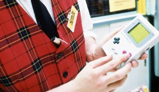 Σαν σήμερα (21/4) πριν 32 χρόνια παρουσιάστηκε στον πλανήτη το Game Boy, η πρώτη εύχρηστη κονσόλα video games που άλλαξε για πάντα τον τρόπο που παίζουμε παιχνίδια, σε οθόνες.