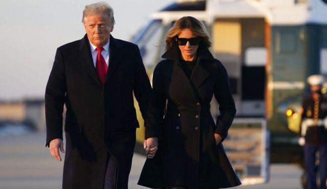 Ντόναλντ Τραμπ και Μελάνια Τραμπ επιβιβάζονται στο Air Force One μετά την ήττα στις εκλογές στις ΗΠΑ