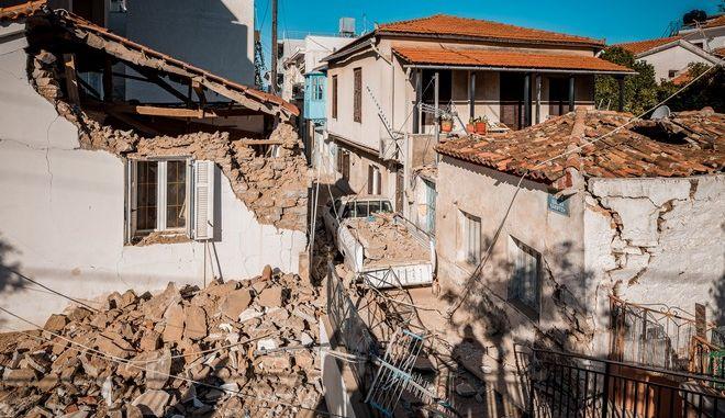 Εικόνες από τις καταστροφές που έχουν υποστεί σπίτια και καταστήματα στο Βαθύ
