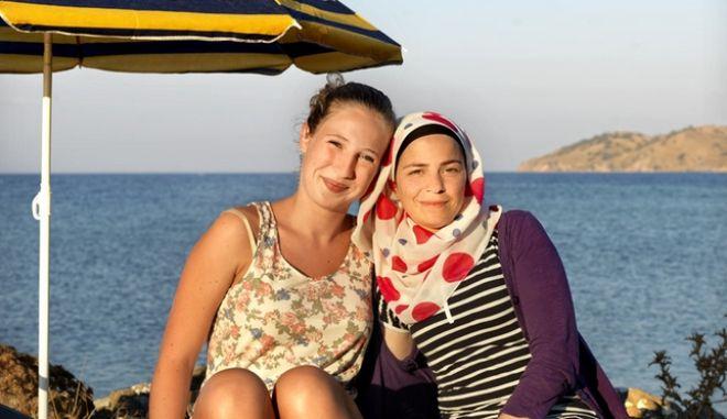 Λέσβος: Όταν οι τουρίστες συναντούν τους μετανάστες