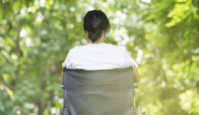 Γυναίκα σε αναπηρικό καροτσάκι