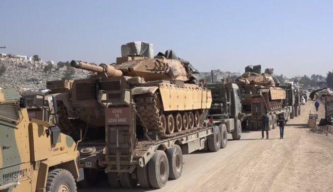 Ένοπλες δυνάμεις της Τουρκίας  στη βόρεια πόλη Σαρμάτα, στην επαρχία Idlib της Συρίας