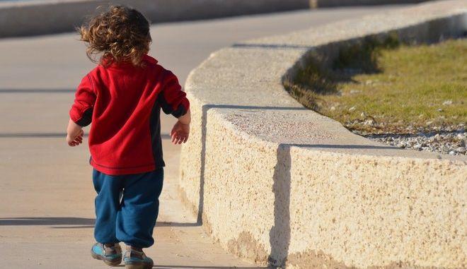 Χτύπησε 2χρονο που ζητούσε συνεχώς καραμέλα από τον πατέρα του