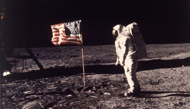Η 20η Ιουλίου του 1969 είναι ημερομηνία ορόσημο για την ιστορία της ανθρωπότητας, καθώς για πρώτη φορά ανθρώπινο ον πάτησε το πόδι του σε άλλο πλανήτη και συγκεκριμένα στη Σελήνη.