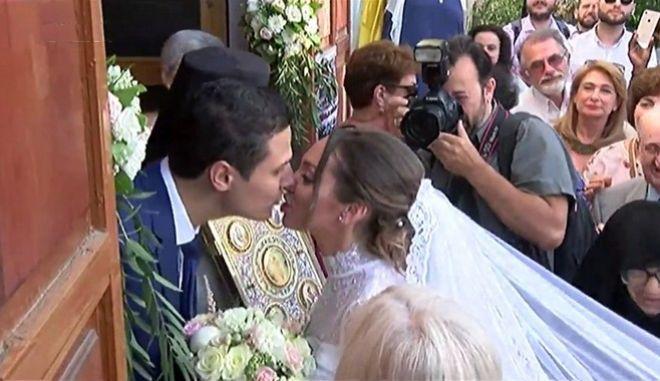 Χαμόγελα και συγκίνηση στο Μάτι: Ο πρώτος γάμος μετά τη φονική φωτιά