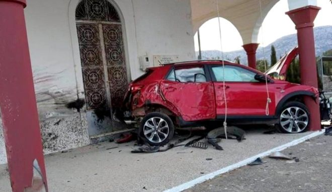 """Τροχαίο στην Κρήτη: Αυτοκίνητο """"καρφώθηκε"""" σε εκκλησία - Στο νοσοκομείο ο οδηγός"""
