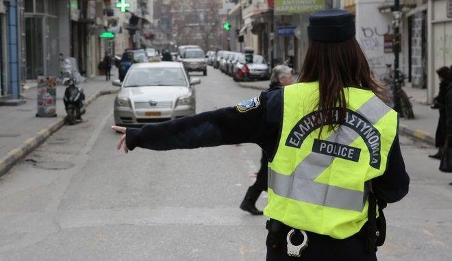 Τροχονόμος ρυθμίζει την κυκλοφορία σε δρόμο της πόλης των Τρικάλων. (EUROKINISSI/ΘΑΝΑΣΗΣ ΚΑΛΛΙΑΡΑΣ)