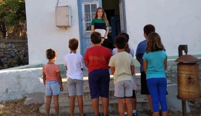 Η Ελένη Τάνου με τους μαθητές της στο σχολείο στην Τέλενδο