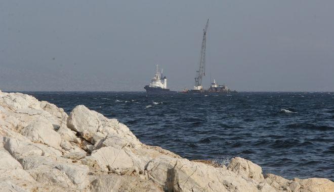 """Ρύπανση από πετρελαιοειδή και πίσσα σε έκταση περίπου 1,5χλμ παρουσιάστηκε στην ακτή μεταξύ Κυνοσούρας και σεληνίων, μετά την βύθιση του δεξαμενόπλοιου """"ΑΓΙΑ ΖΩΝΗ"""" ανοιχτά του Σαρωνικού στην Αταλάντη, την Δευτέρα 11 Σεπτεμβρίου 2017. Η φωτογραφία από την παραλία της Κυνοσούρας. (EUROKINISSI/ΣΩΤΗΡΗΣ ΔΗΜΗΤΡΟΠΟΥΛΟΣ)"""