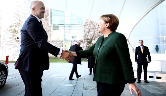 Θέμα 'Τσαμουριάς' επαναφέρει ο Ράμα στην έδρα της Μέρκελ