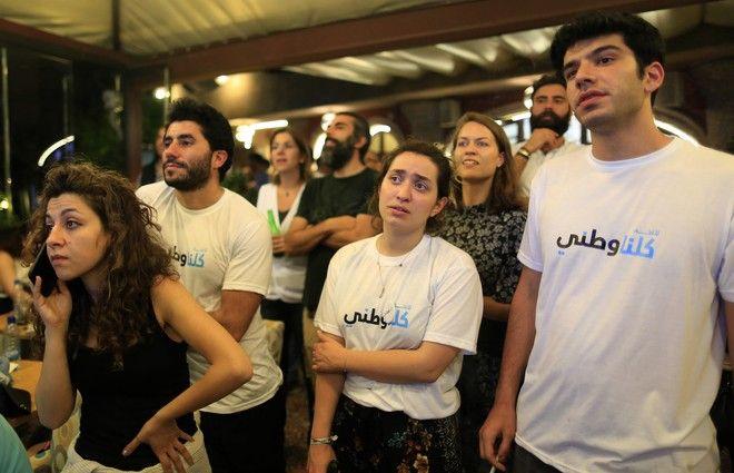 Πολίτες παρακολουθούν τις πολιτικές εκλογές