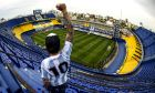 Οπαδός της Boca Juniors με τη γροθιά ψηλά για τον Maradona
