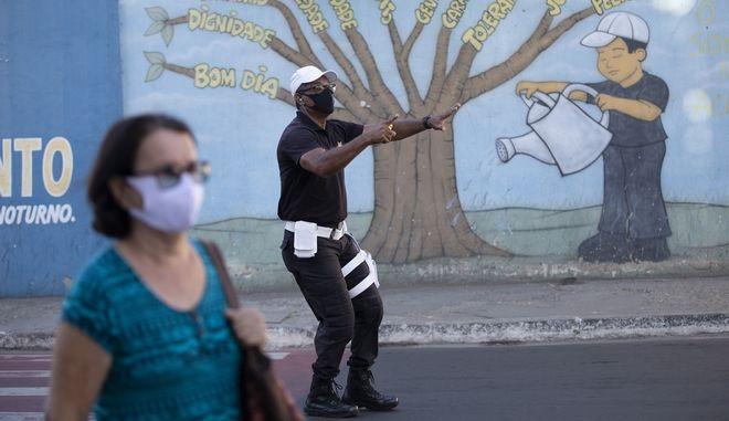 Τροχονόμος με μάσκα στη Βραζιλία