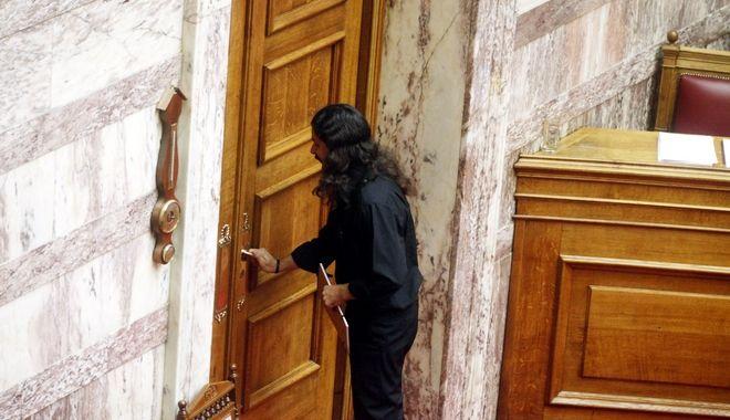 Ο Κωνσταντίνος Μπαρμπαρούσης αποχωρεί από την αίθουσα της Ολομέλειας της Βουλής