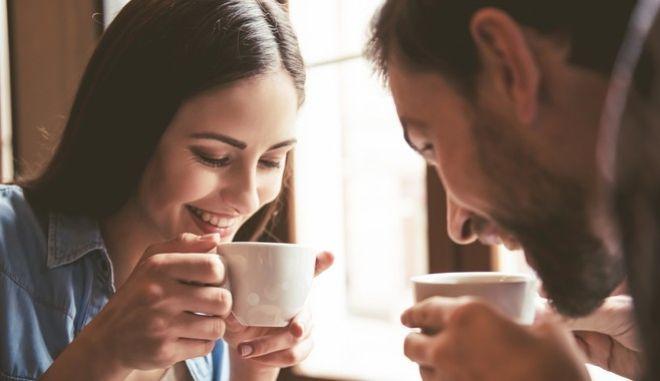 """Αμερικανική μελέτη μάς δίνει το """"ελεύθερο"""" να πίνουμε τουλάχισοτν έναν καφέ την ημέρα"""