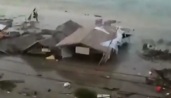 Συγκλονιστικό βίντεο: Τσουνάμι χτυπά την Ινδονησία μετά τον ισχυρό σεισμό