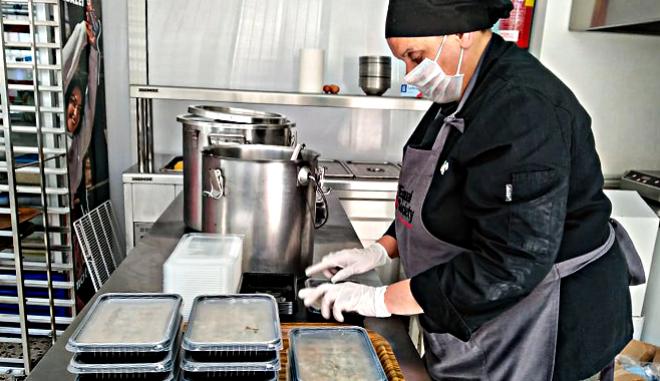 Ελένη Μπίνιου, η μαγείρισσα στη δομή συσσιτίου της Equal Society που προστατεύει τους αδύναμους