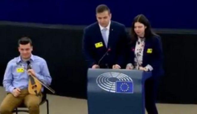 Χανιώτης μαθητής έπαιξε λύρα μέσα στο Ευρωπαϊκό Κοινοβούλιο