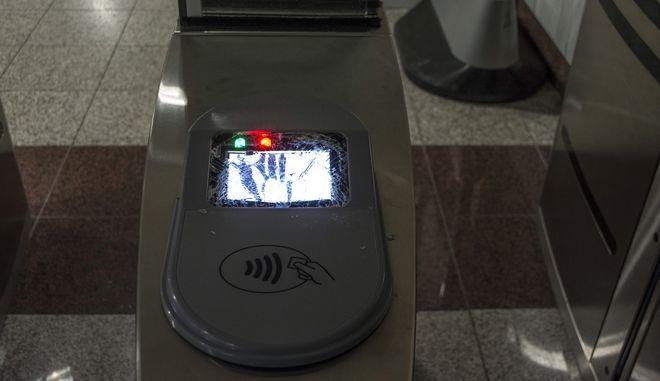 Κατεστραμμένο ακυρωτικό μηχάνημα εισιτηρίων στο σταθμό του Μετρό στην Ομόνοια τα μεσάνυχτα της Πέμπτης 2 Μαρτίου 2017. (EUROKINISSI/ΛΥΔΙΑ ΣΙΩΡΡΗ)