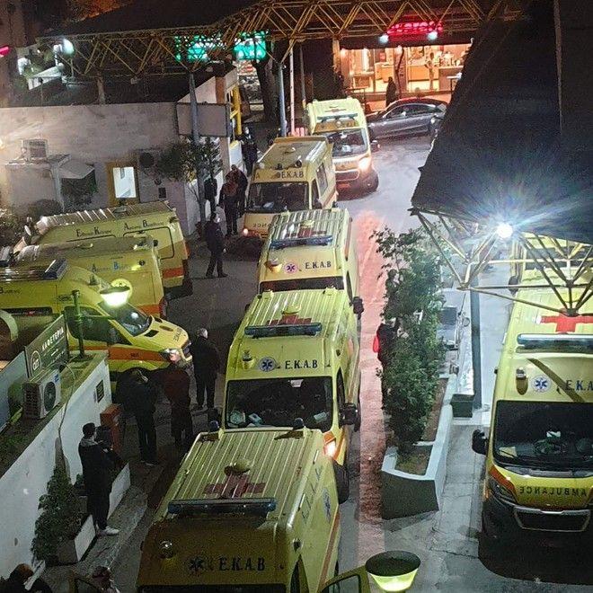 Κορονοιός: Ουρές από ασθενοφόρα στον Ευαγγελισμό - Ισχυρή η πίεση στο ΕΣΥ