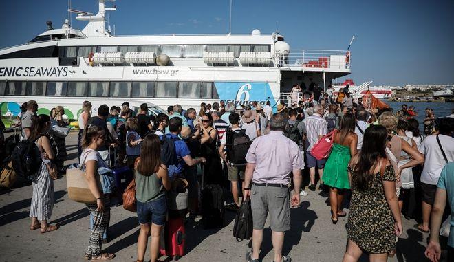 Λιμάνι Πειραιά - Αυξημένη έξοδος των αδειούχων