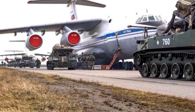 Ρωσικά στρατιωτικά οχήματα ετοιμάζονται να φορτωθούν σε αεροπλάνο για αεροπορικές ασκήσεις