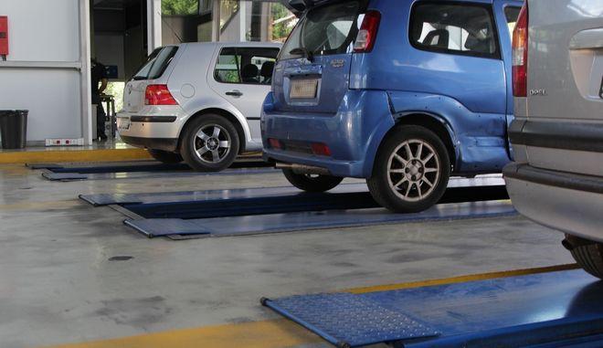 Τεχνικός έλεγχος αυτοκινήτων σε ΚΤΕΟ της Αθήνας την Τετάρτη 30 Σεπτεμβρίου 2015. Την Τετάρτη έληξε η πρώτη καταληκτική προθεσμία για όσα οχήματα δεν έχουν περάσει τεχνικό έλεγχο έως 30/06/14. Για όσους παρέβλεψαν την προθεσμία, 65 ευρώ πρόστιμο καθυστέρησης και 150 ευρώ επιπλέον πρόστιμο που θα βεβαιώνεται από την εφορία, δηλαδή η συνολική επιβάρυνση θα φθάσει τα 215 ευρώ. (EUROKINISSI/ΣΩΤΗΡΗΣ ΔΗΜΗΤΡΟΠΟΥΛΟΣ)