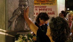 Συγκέντρωση της οικογένειας και των φίλων του Παύλου Φύσσα στο μνημείο που βρίσκεται στο σημείο που δολοφονήθηκε