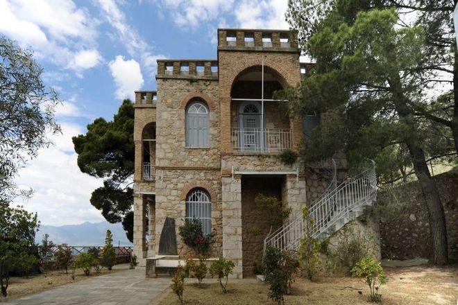 Το Μουσείο Δελφικών Εορτών στεγάζεται στην παλαιά διώροφη οικία των Σικελιανών στους Δελφούς.