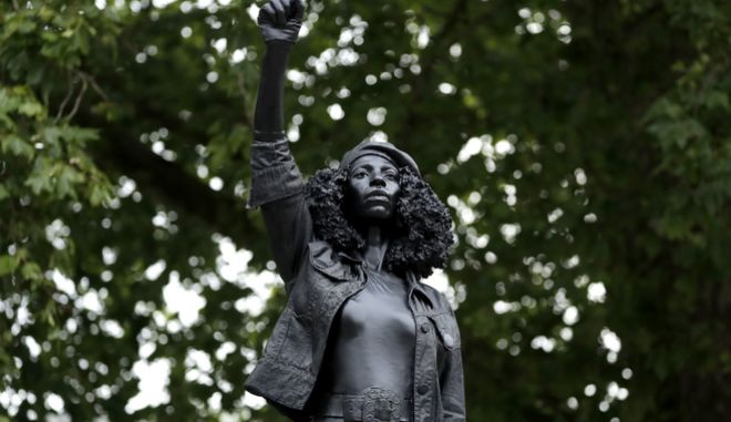 Διαδηλώτρια του Black Lives Matter γίνεται άγαλμα στο Μπρίστολ