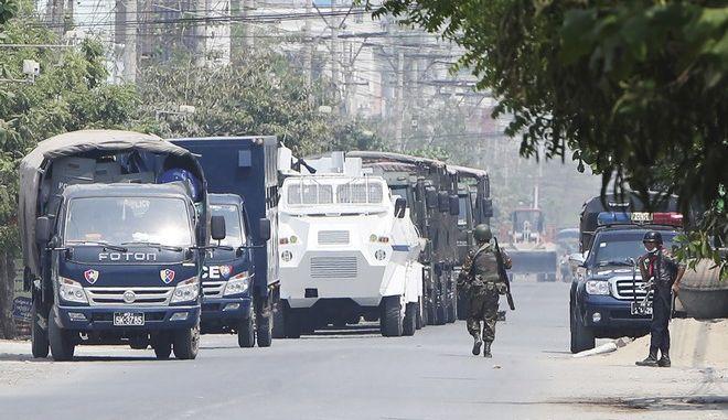 Στρατιώτες στους δρόμους της Μιανμάρ