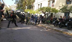 Πρωτοφανές: Τα ΜΑΤ μπήκαν στην Ευελπίδων και άρχισαν να χτυπούν όσους περίμεναν τους συλληφθέντες