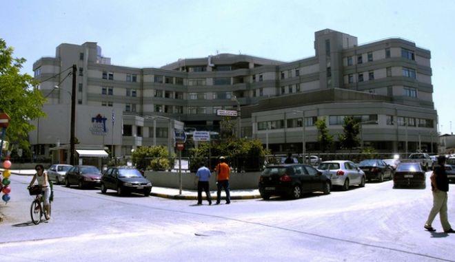 O ιός της γρίπης τύπου Α, εμφανίστηκε και στο νομό Τρικάλων, καθώς από το πρωί της Τρίτης 30/06/09 διαπιστώθηκαν τα πρώτα δύο κρούσματα σε παιδιά ηλικίας 12 και 13 ετών. Τα δύο αδέρφια, ελληνικής καταγωγής από την Κύπρο, ήρθαν με τους γονείς τους από την Αυστραλία με γκρουπ 40 ατόμων στην Καλαμπάκα, για διακοπές. Κοιμήθηκαν σε ξενοδοχείο της περιοχής και από τη στιγμή που εκδηλώθηκαν τα συμπτώματα μεταφέρθηκαν στο Νοσοκομείο Τρικάλων, έκαναν τις εξετάσεις, τα αποτελέσματα των οποίων ήταν θετικά απέναντι στον ιό και νοσηλεύονται στην ειδική μονάδα. Επίσης και οι γονείς των παιδιών έδωσαν δείγματα τα οποία στάλθηκαν σε ειδικά εργαστήρια προκειμένου να διαπιστωθεί αν έχουν προσβληθεί από τον ιό ή όχι. Για το συμβάν έχει ήδη ενημερωθεί και ο οδηγός ταξί που μετέφερε τα παιδιά στο νοσοκομείο. (EUROKINISSI // ΘΑΝΑΣΗΣ ΚΑΛΛΙΑΡΑΣ)