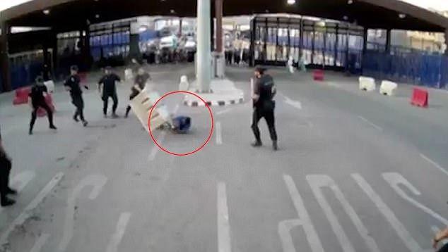 Η απίστευτη αντίδραση αστυνομικού για να συλλάβει άνδρα με μαχαίρι