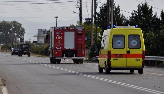 Ασθενοφόρο του ΕΚΑΒ και όχημα Πυροσβεστικής (φωτογραφία αρχείου)