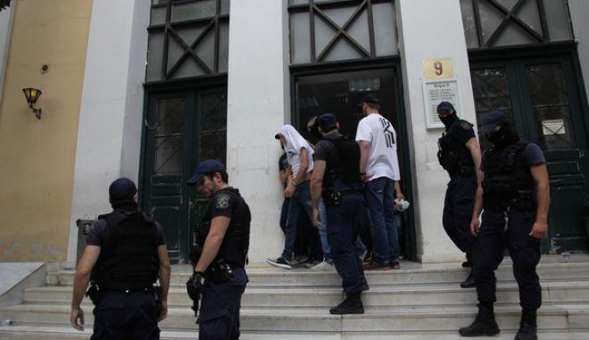 """Απολογία στον ανακριτή των 15 συλληφθέντων ως μέλη της """"συμμορίας των χρηματοκιβωτίων"""", την Πέμπτη 11 Μαΐου 2017. (EUROKINISSI/ΓΙΑΝΝΗΣ ΠΑΝΑΓΟΠΟΥΛΟΣ)"""